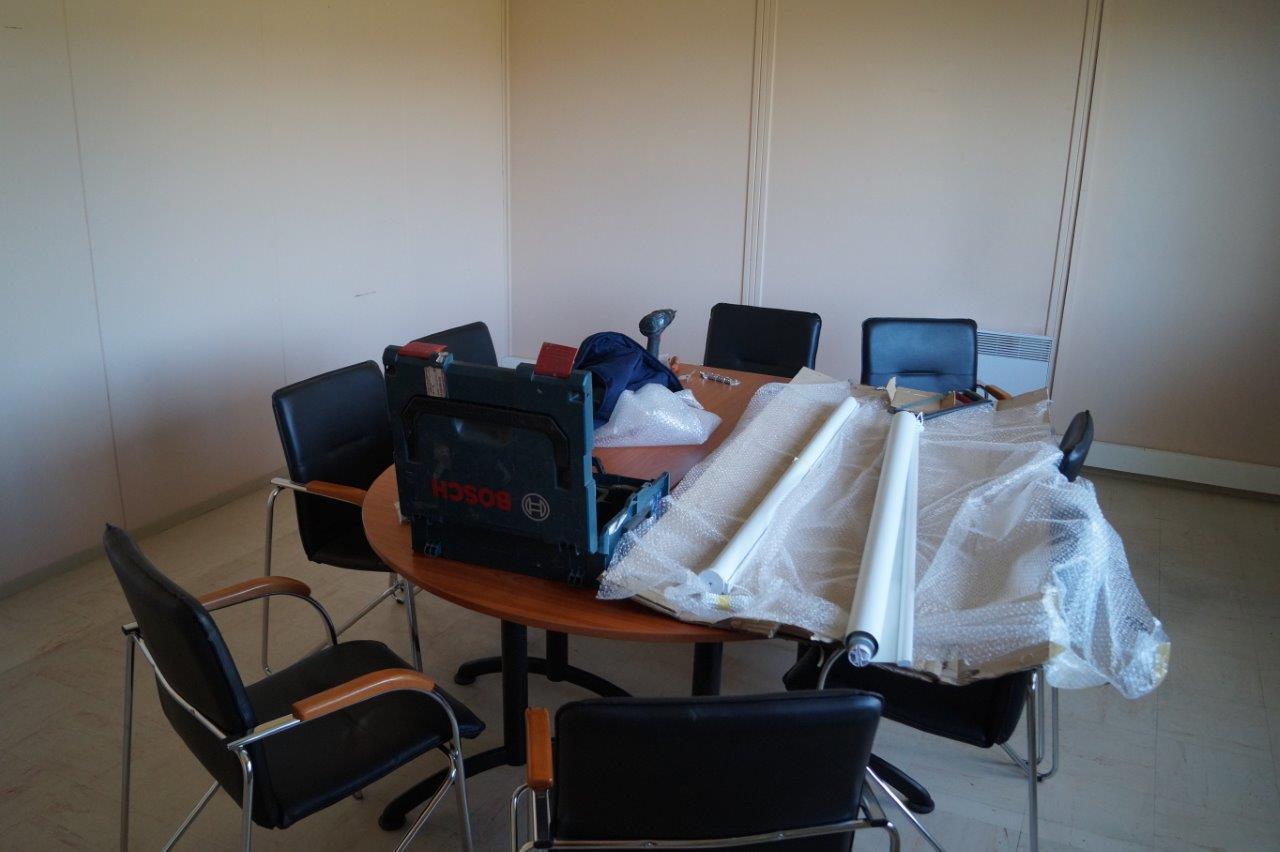 L'aménagement de la salle de réunion va bon train.