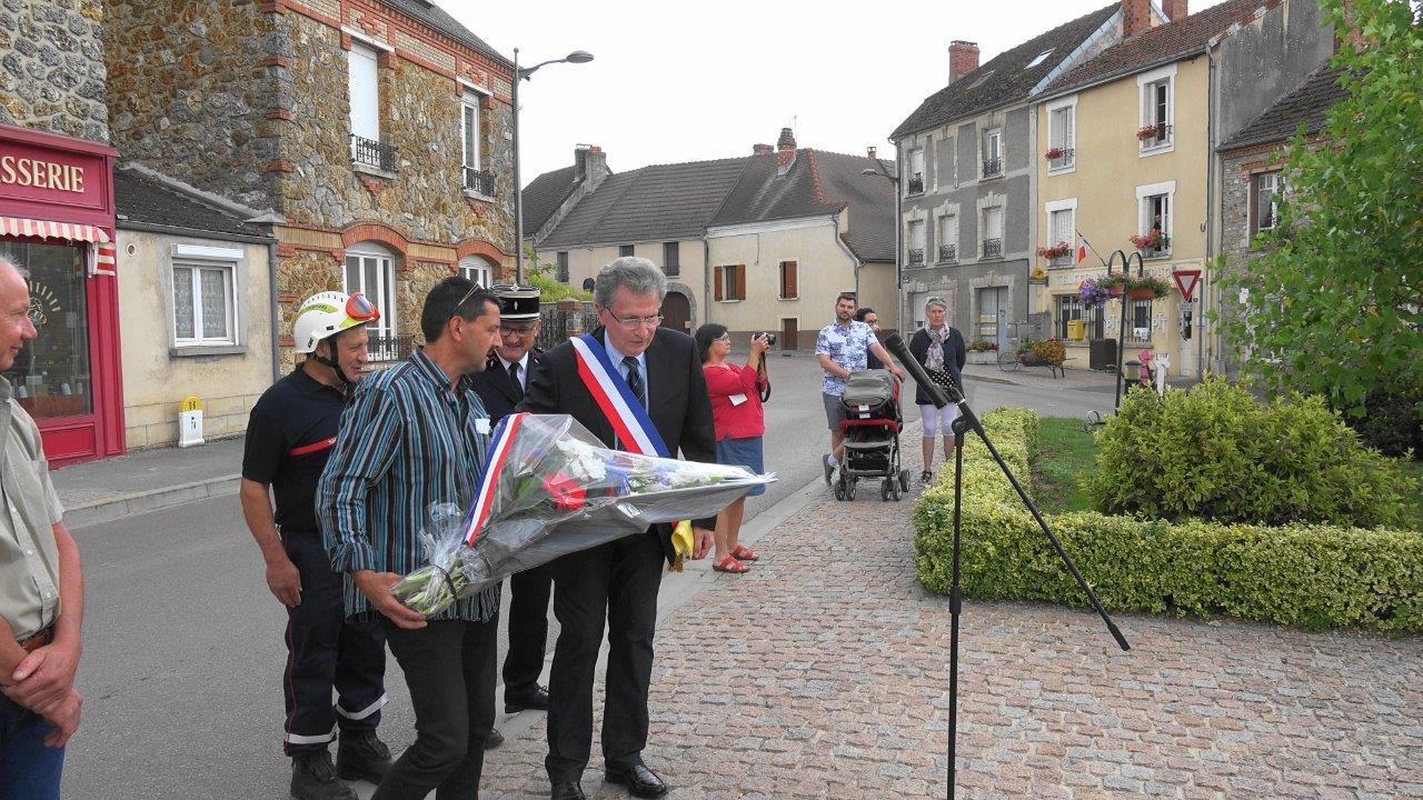 Daniel Girardin et Frédéric Jacquelin, conseiller municipal, déposent la gerbe au Monument aux Morts.