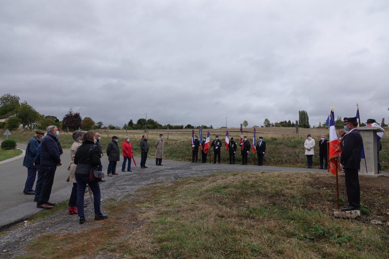 L'inauguration de la stèle n'a pas déplacé la foule.