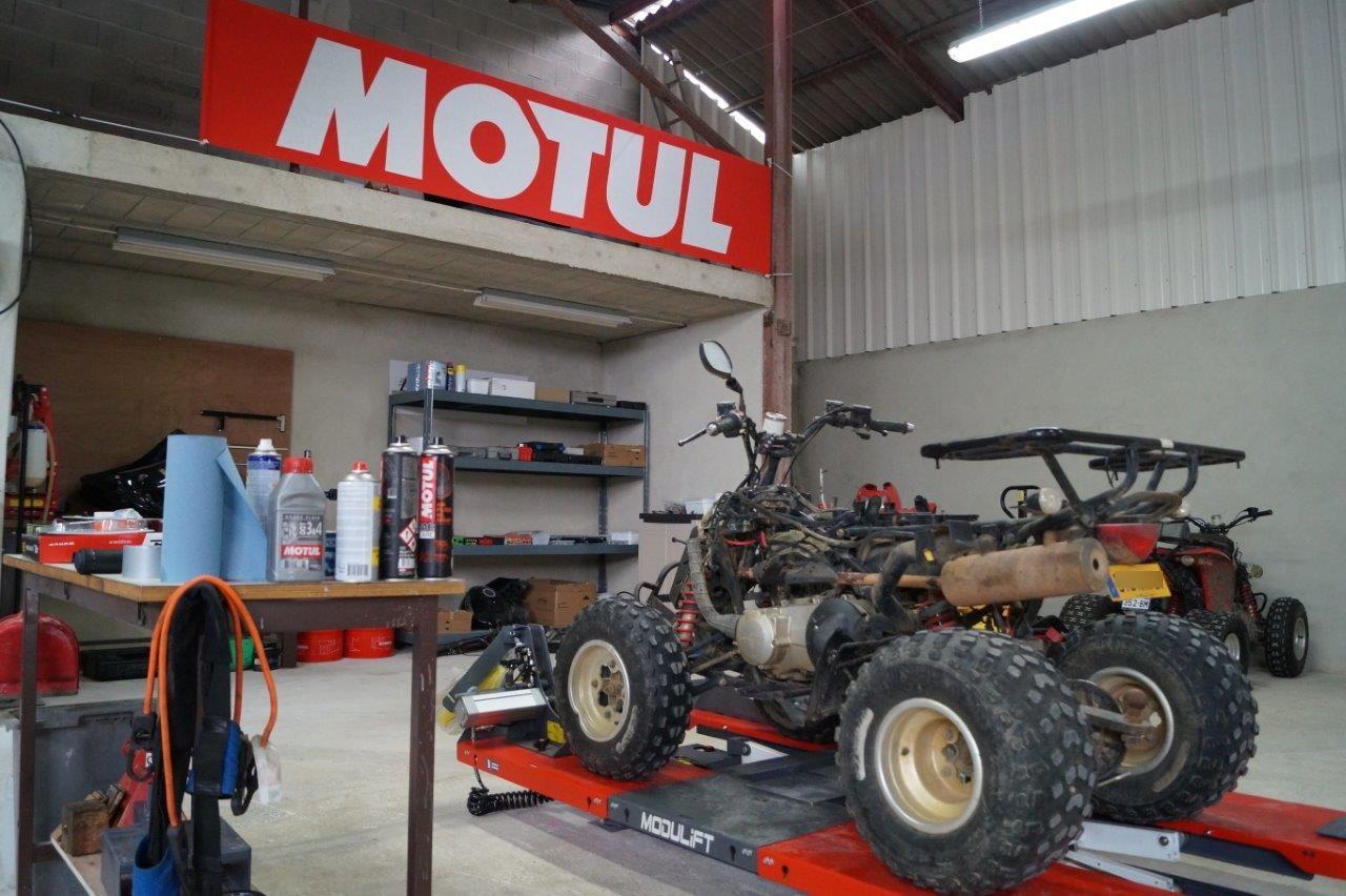 Un vaste atelier est dédié à l'entretien et à la réparation de motos, quads et même scooters !