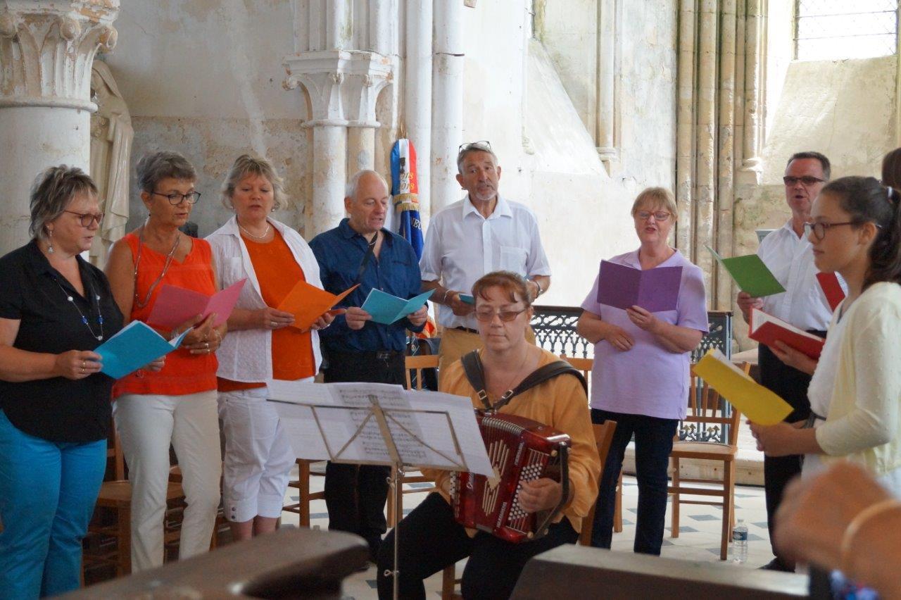Accompagnée à l'accordéon par Sofi, la chorale interprète des chansons pour la Paix.