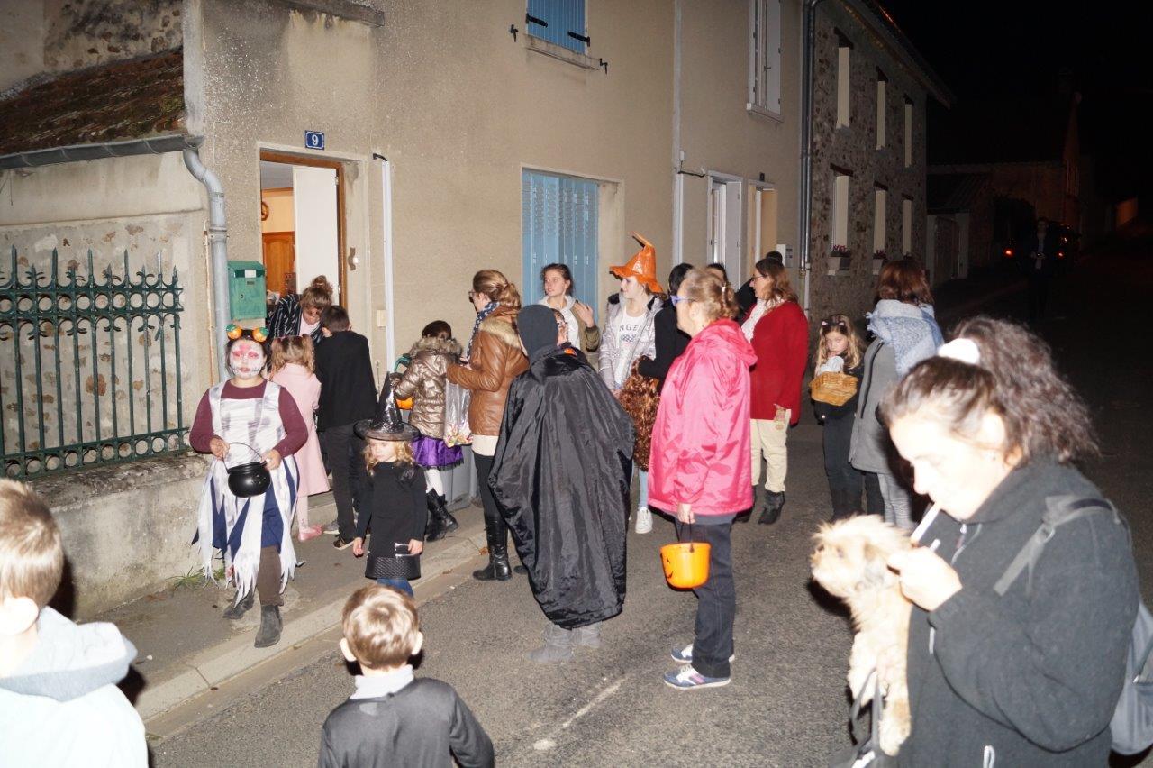 Dans le coeur du village, la troupe toque à chaque porte.