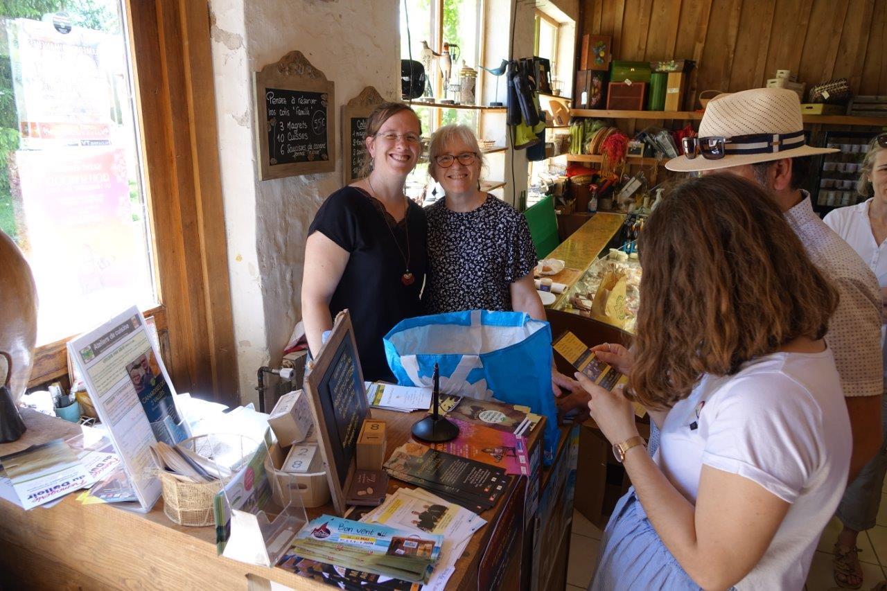 De gauche à droite : Adélaïde et Fanny Fagot sont à la boutique des Canardises des 3 Vallées, pendant que Bertrand Fagot est en cuisine.