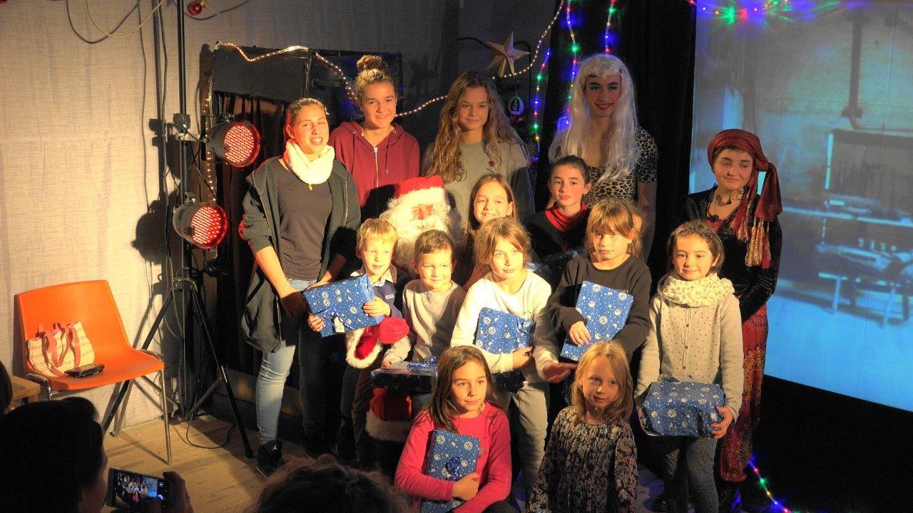 Les enfants du bourg entourent le Père Noël.