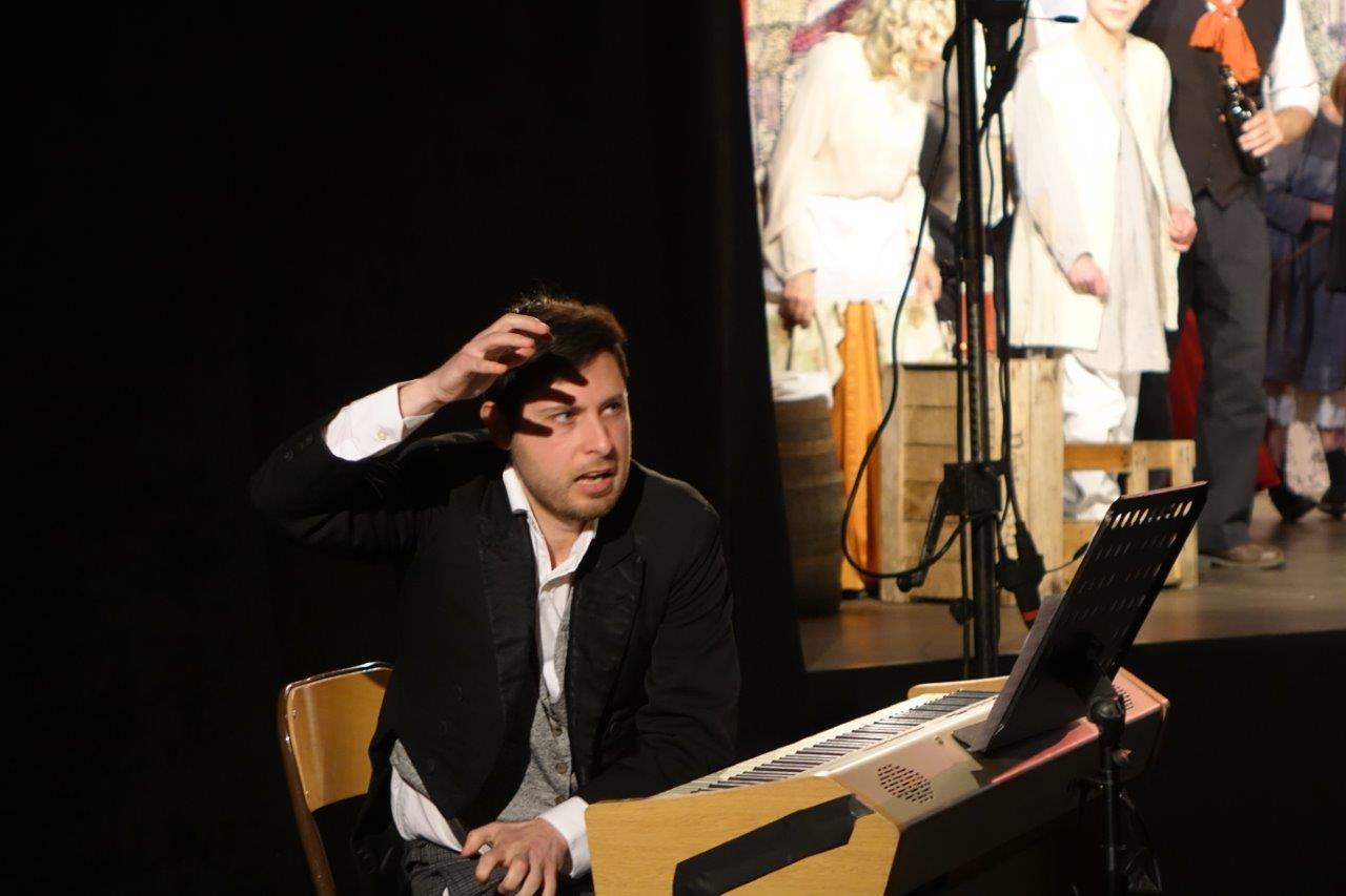 Vincenzo Mingoia est le pianiste du spectacle participatif La Fiancée du Surmelin.