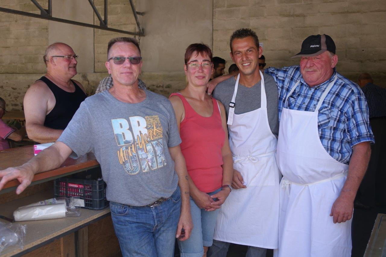 Claude Wetzel, présidente du comité des fêtes, et les bénévoles de l'association tiennent buvette...
