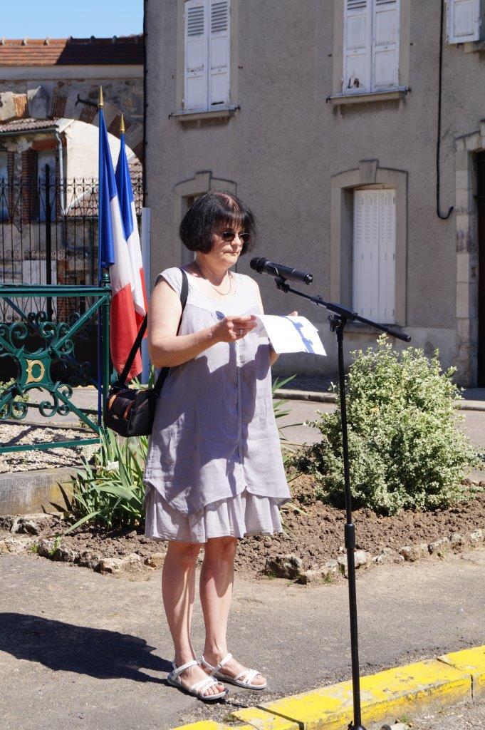 Christine Galopeau de Almeida, conseillère municipale et professeure d'histoire, lit le Manifeste.
