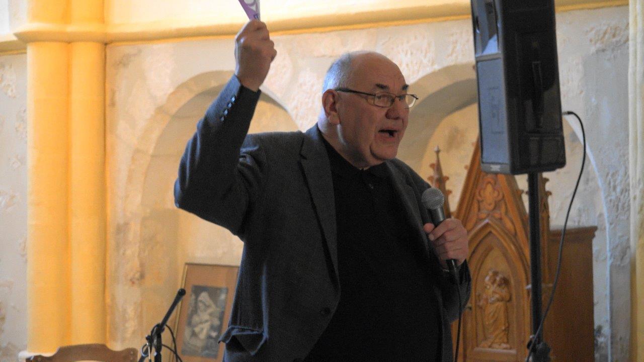 Henri Gandon, curé de la paroisse Notre Dame des 3 Vallées, déclare ouvert le concert autour de la guitare.