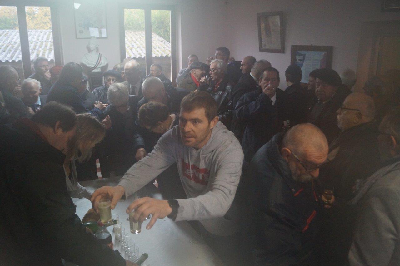 La petite salle communale accueille les particapants pour le verre de la fraternité...