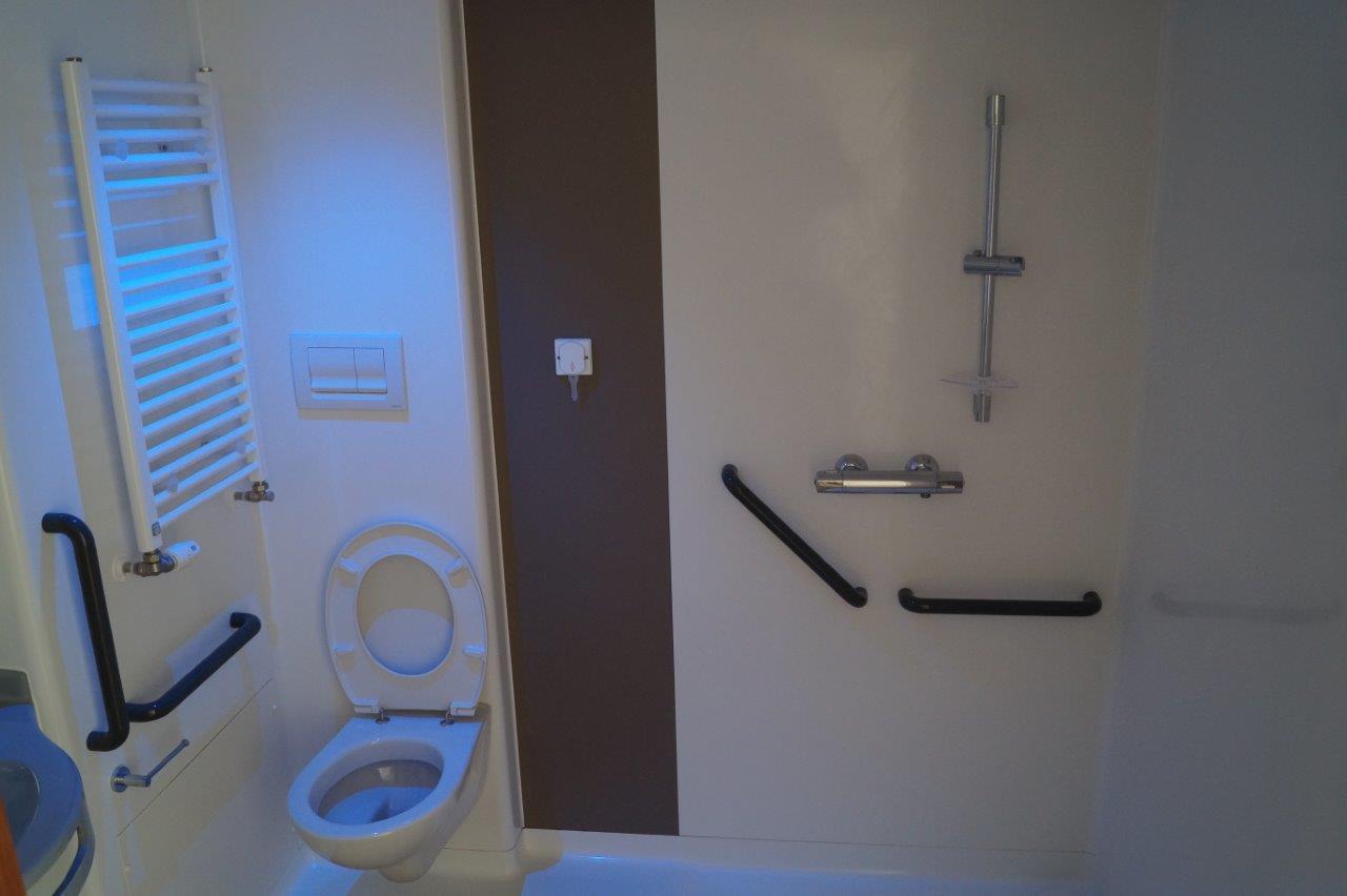 ...avec salle de bain sont réparties dans deux unités dédiées à la prise en charge des personnes souffrant de la maladie d'Alzheimer ou de pathologies apparentées.