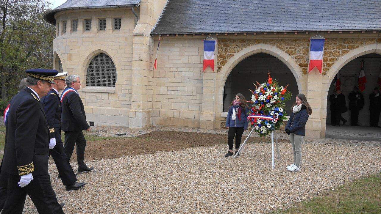 De gauche à droite : Léanne et Zoé, deux élèves du Collège Claude-Nicolas Ledoux accueillent les personnalités.