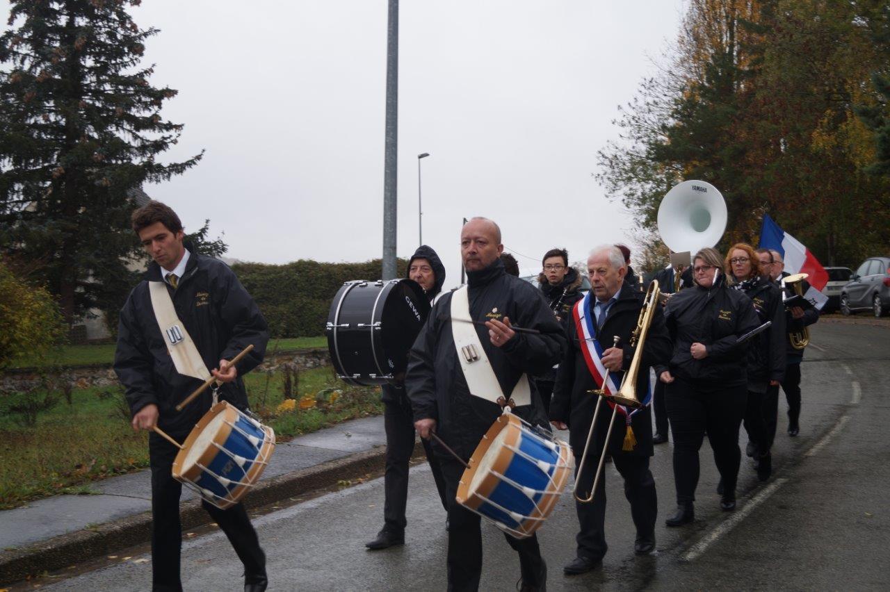 Le cortège, emmené par la Musique municipale de Dormans dans le département de la Marne, s'élance vers la salle communale...