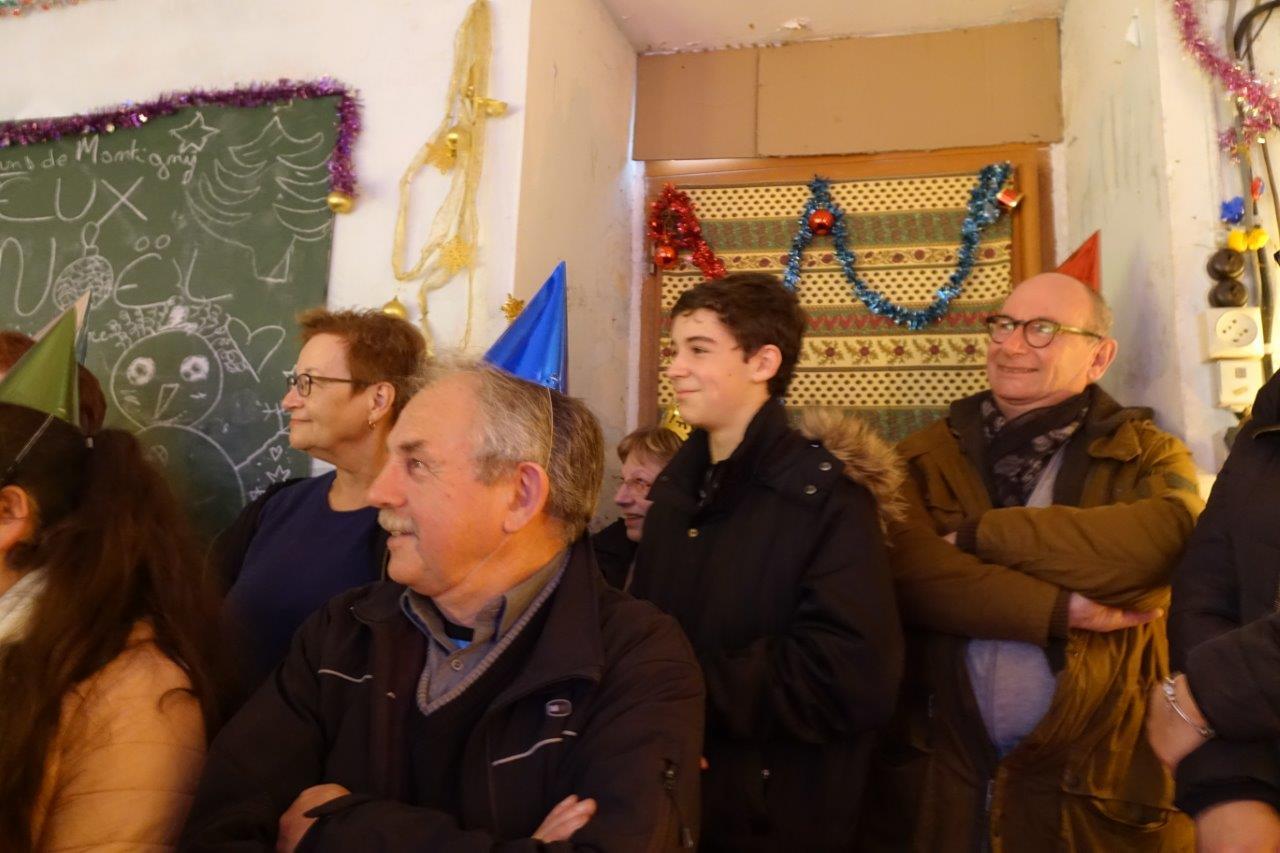 Georges Verdoolaeghe (chapeau de fête bleu), maire de Montigny-lès-Condé et Étienne Haÿ (chapeau de fête rouge), président de l'agglo de Château-Thierry, ont été un très bon public.