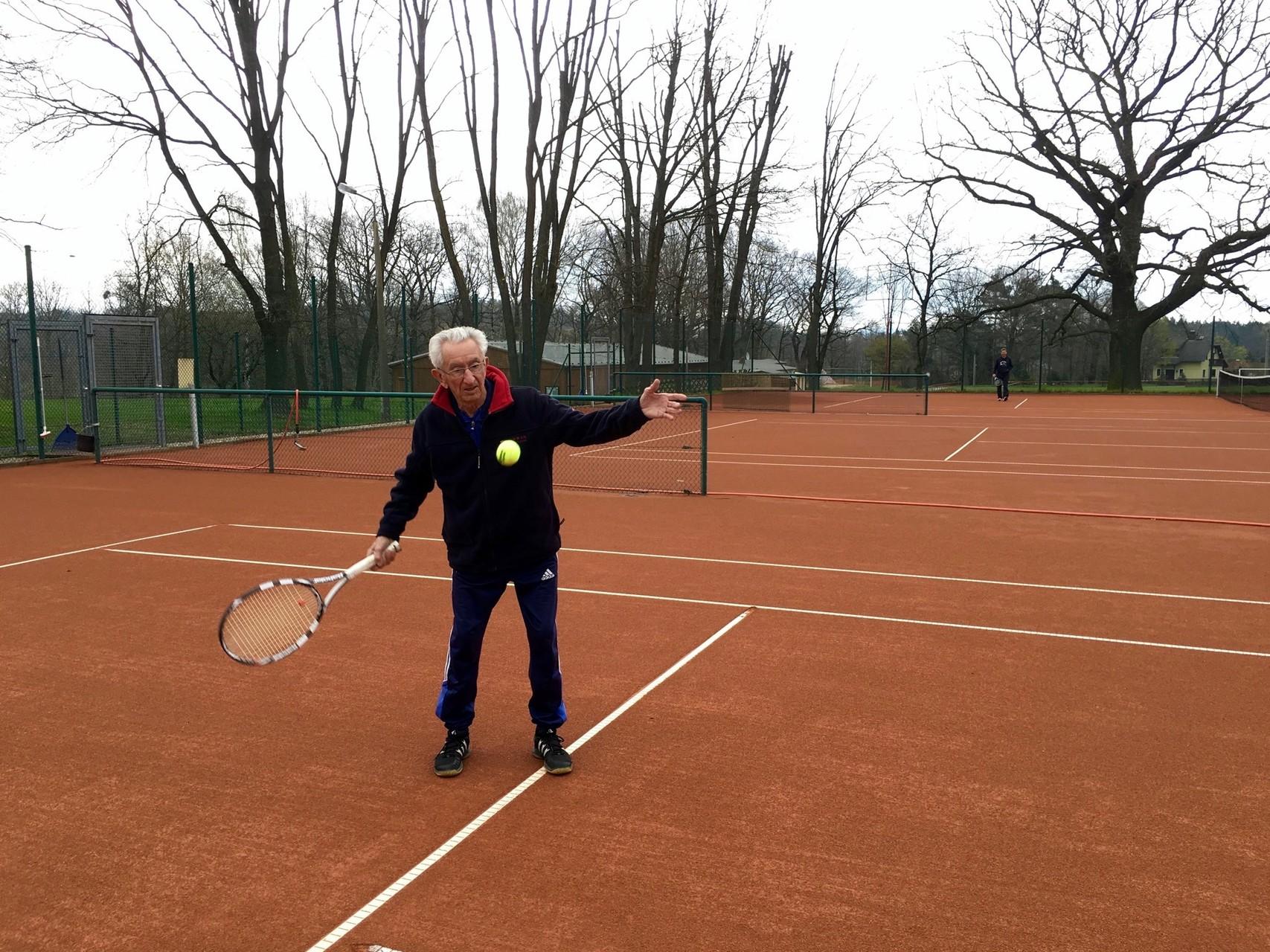 Alterspräsident Horst Schmidt spielt den ersten Ball der Saison