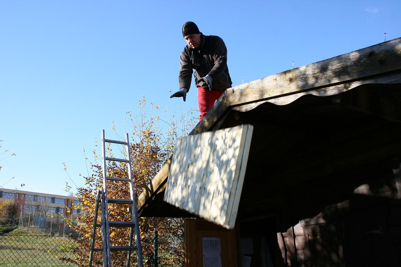 Die alten Dämmplatten fliegen vom Dach