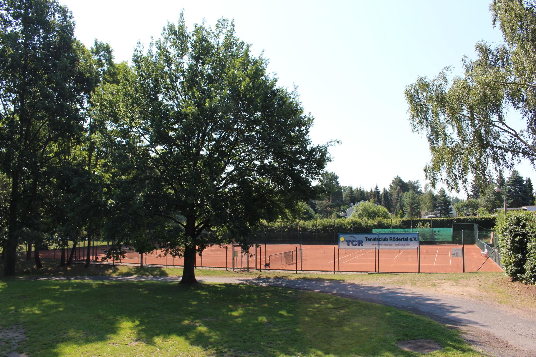 Außenansicht auf die Tennisanlage
