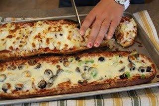 Rellenar baguette con ingredientes de pizza excepto la masa.