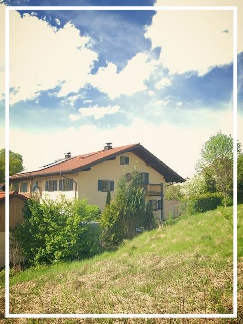 DHH mit einem Traumgarten, Teich, Terrassen, Balkon  Doppelgarage & 3 Stellplätze  unverbaubare Ortsrandlage  Eckgrundstück  Bergblick  1 A LAGE