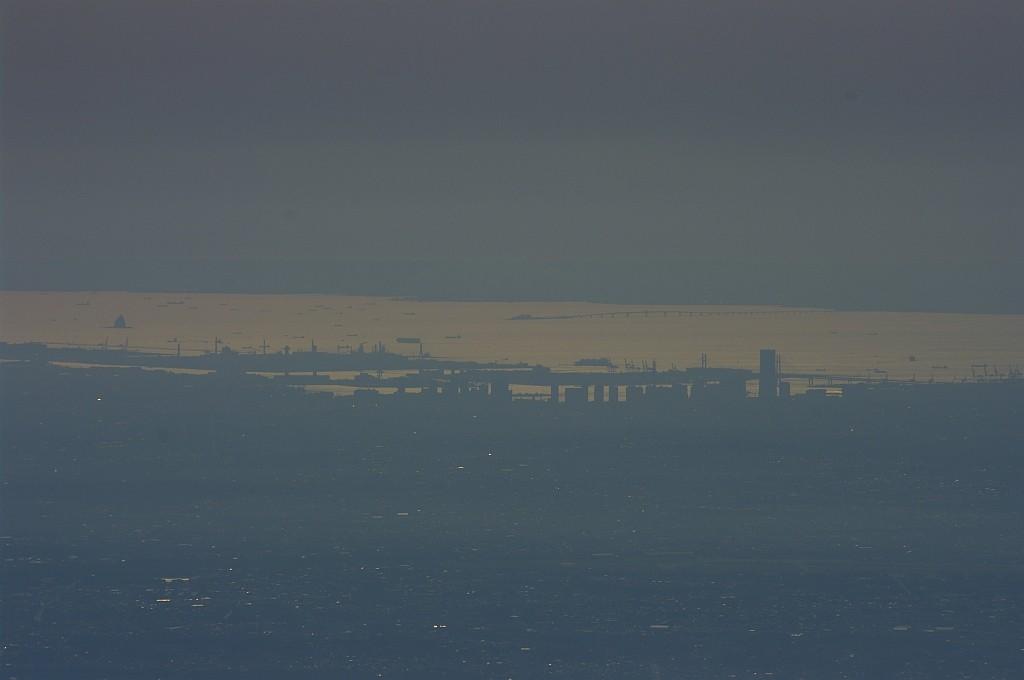 縦走再開後の休憩中、横浜の街が見えた。ランドマークタワーも!