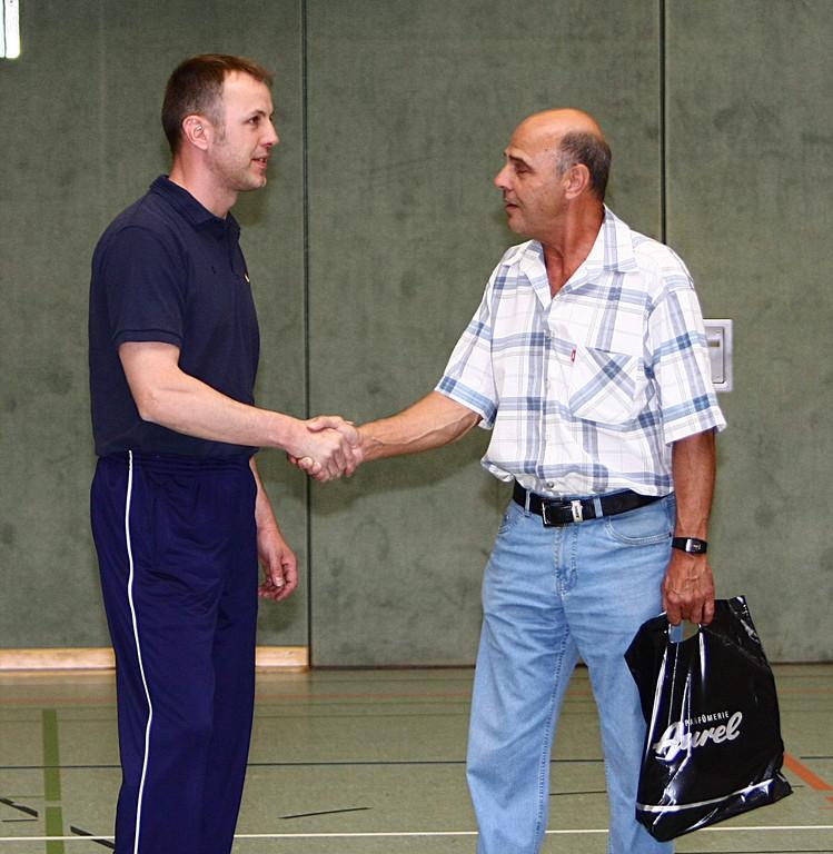 Reinhold Schlieker verabschiedet Trainer Gerald Waldow (8230)