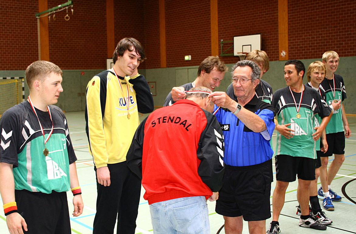 Addi Kölsch ehrt den Trainer der Bezirksmeister (Reinhold Schlieker)  (6130)