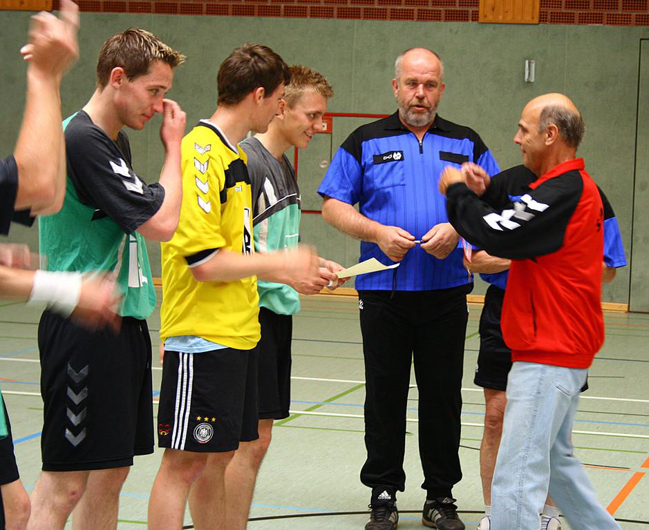 Reinhold Schlieker gratuliert Eric Leinung (6125)