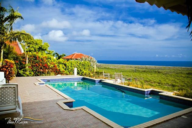 Vanuit het ruime zwembad heeft u een geweldig uitzicht