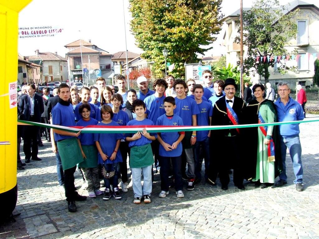 Alcuni volontari al taglio del nastro per l'inaugurazione del mercatino