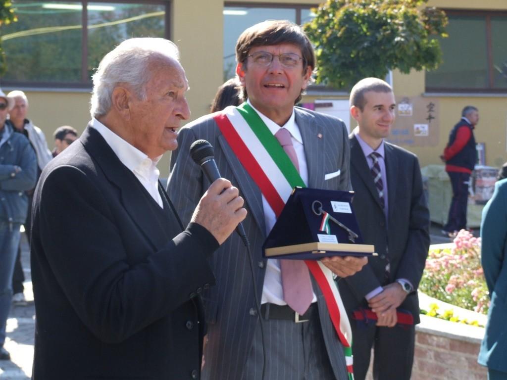 Don Vico Cavallo riceve le chiavi del comune