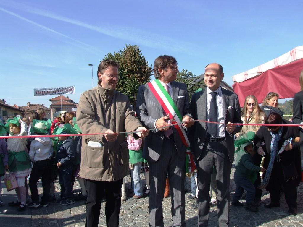 L'assessore Balagna, il Sindaco Grande e il Consigliere Comba inaugurano il mercatino