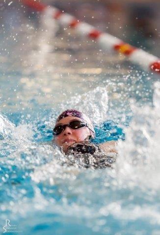 Antonia pflügt durchs Wasser