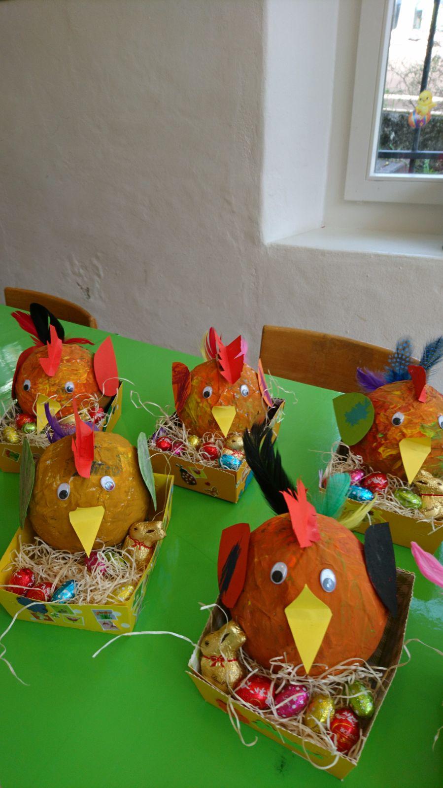Osterhennen im Osterkörbli ..selbst gekleistert, geschnipselt und bemalt