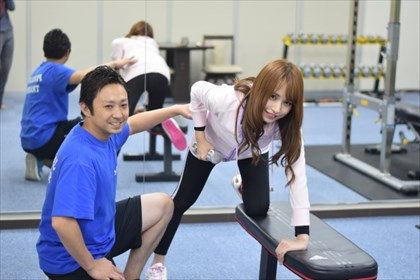 トレーニングをしている女性とトレーナー