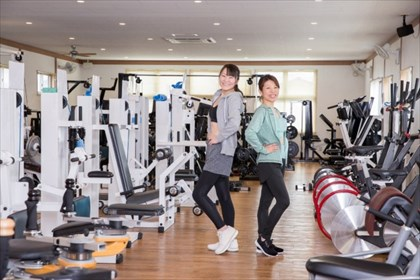 トレーニングマシンと二人の女性