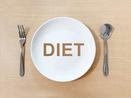 DIETと書かれた皿とスプーンとフォーク