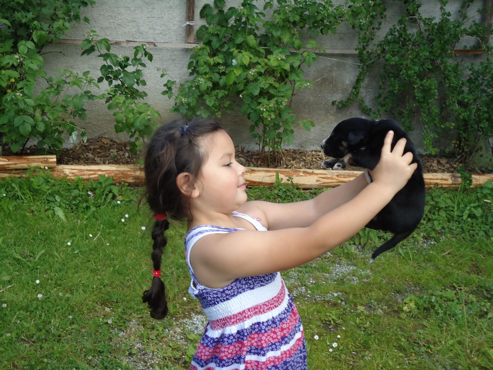 Kind Theresa mit einem unserer kl.Hunde