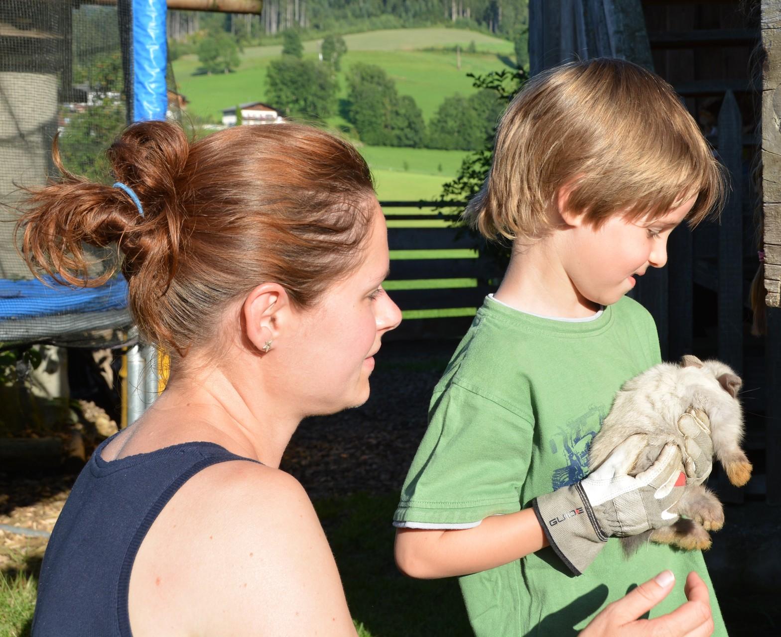 Die Eltern kümmern sich gerne mit Ihren Kindern um die Kleintiere