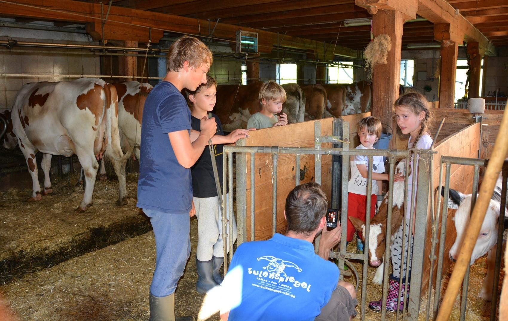 Auch die größeren Kinder arbeiten gerne im Stall bei der Betreuung der Tiere mit