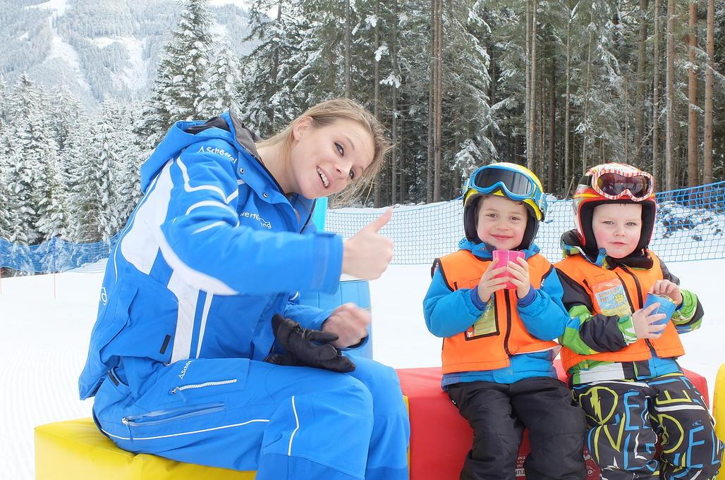 Bild: Die Skilehrer sind sehr um ihre Kinder bemüht