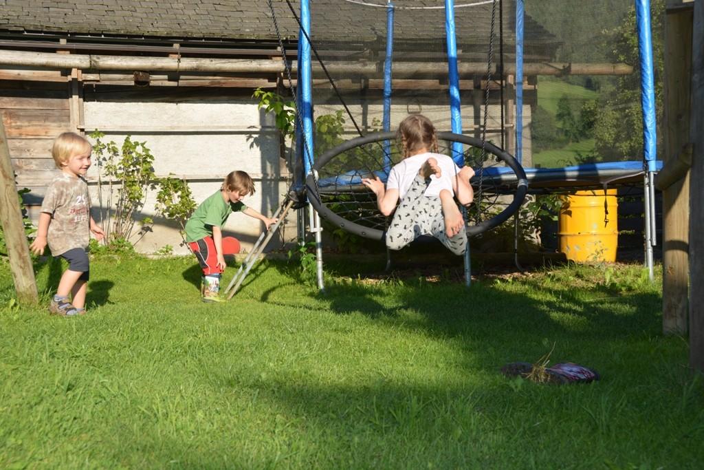 Unser Kinderspielplatz wird auch von usneren Nachbarkindern gerne besucht