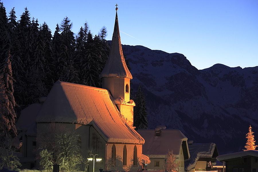 Bild: Unsere Kirche ganz verträumt im Winterzauber