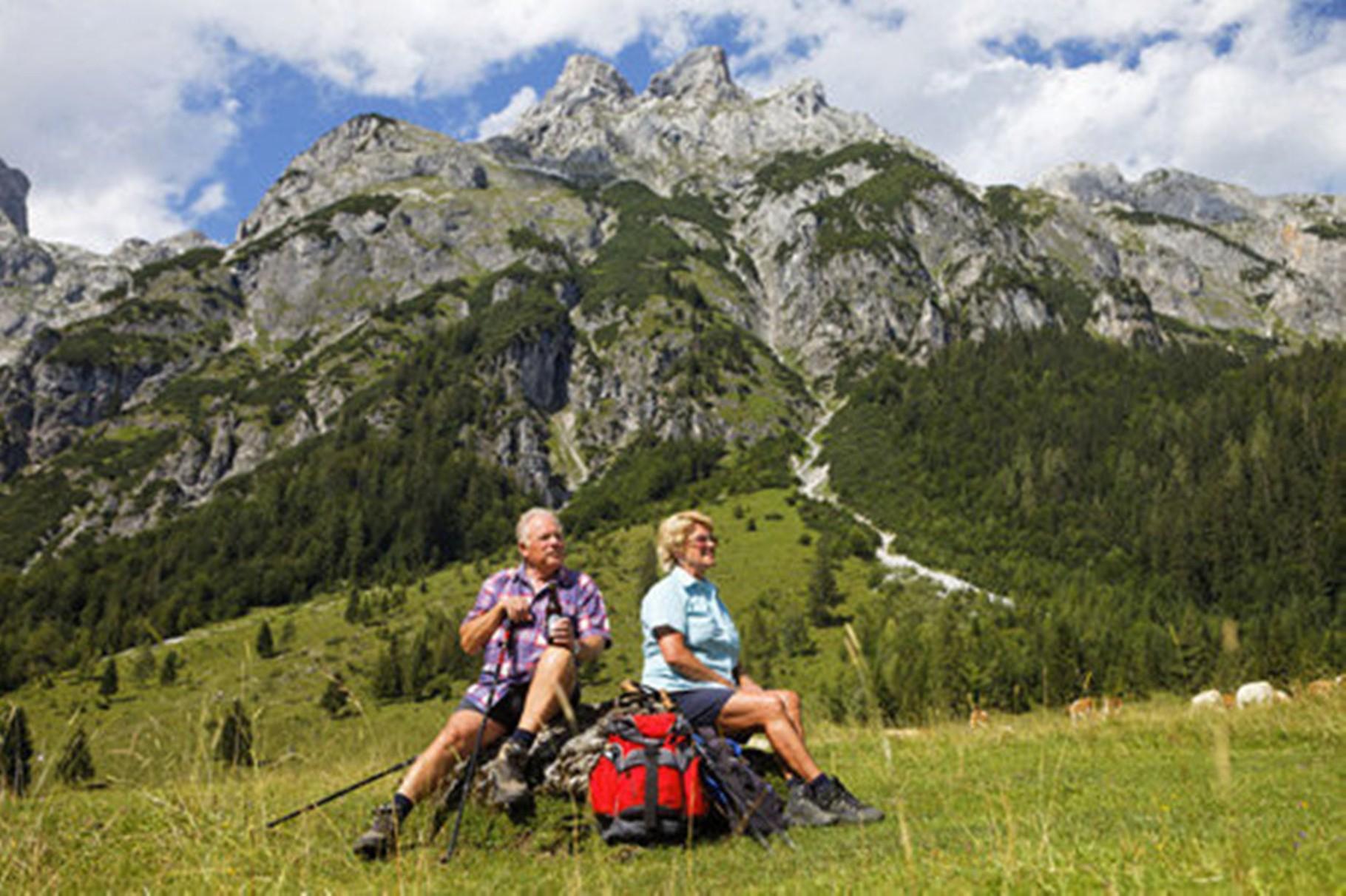 Senioren genießen die herrlichen Berge in unserem schönen Gebiet und nehmen auch öfters ihren Hund auf eine  Wanderung mit