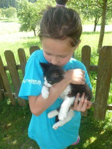 Kind Leonie mit unserer Katze Luna