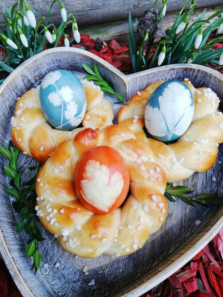 Osterkranz mit gefärbten Eiern
