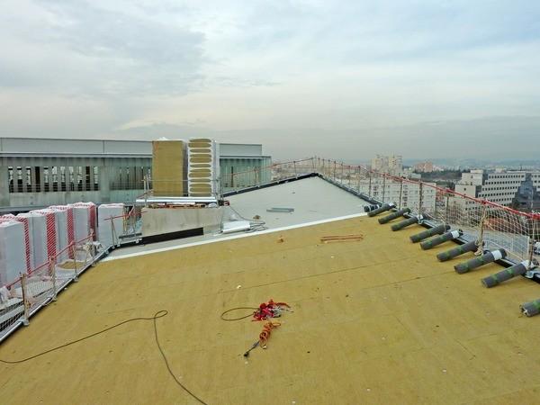 Détail de la double courbure du toit en pente