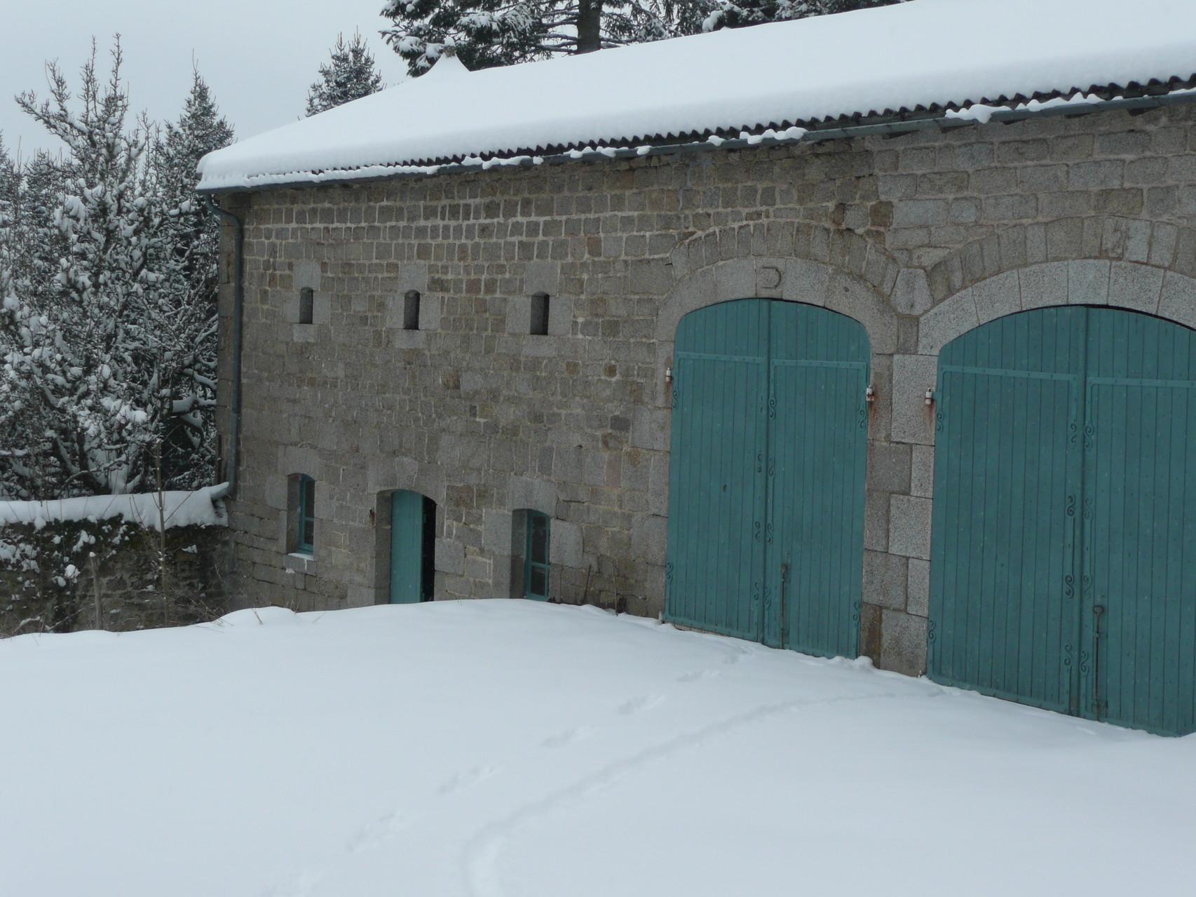 écurie et garages en hiver