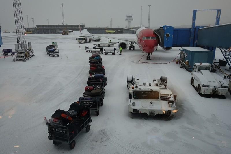 warten auf den Flieger, wegen Schnee drei Stunden Verspätung