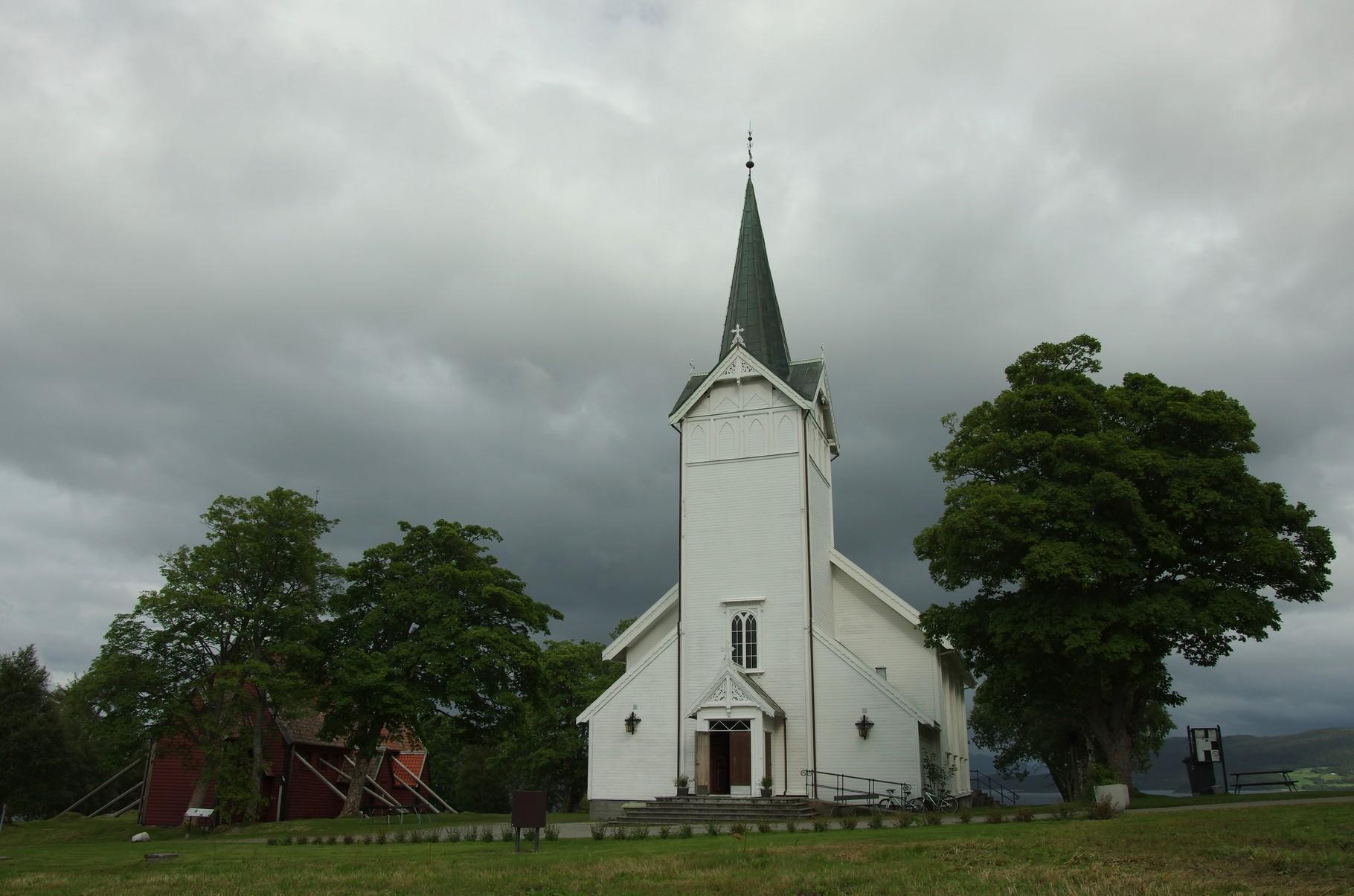 die Kvernes Stabkirche (links)