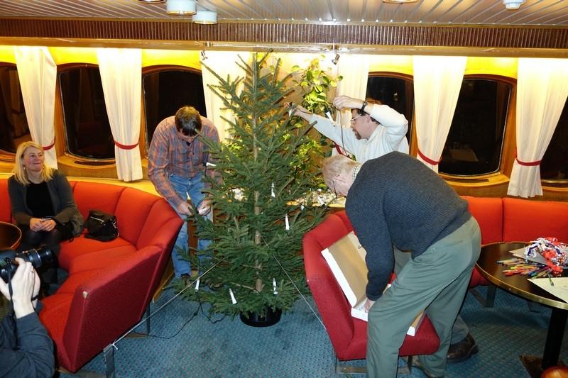 der Weihnachtsbaum wird geschmückt...