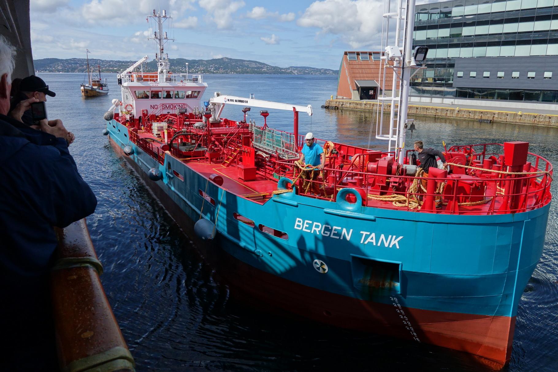 ...während auf der anderen Seite das Tankboot anlegt.
